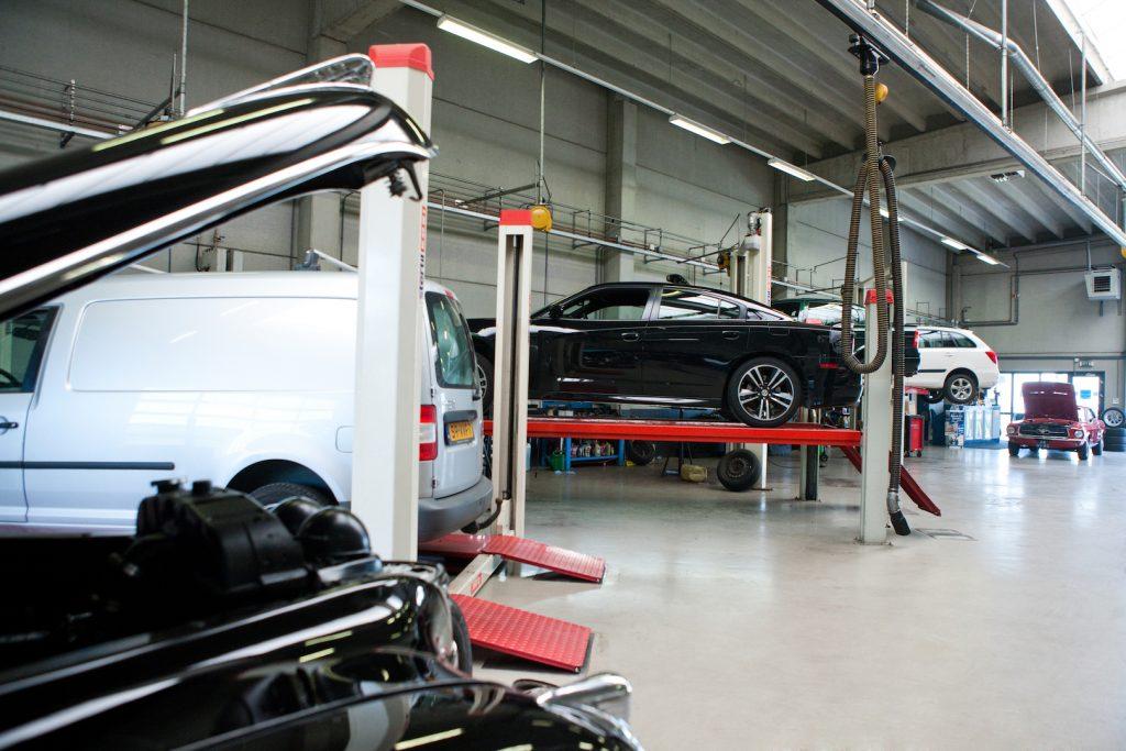 Blik in de autogarage van Garage Goudswaard in 's Heerenberg